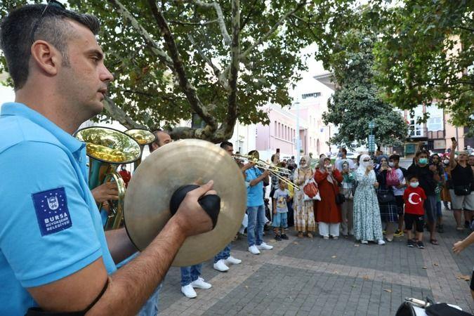 Bursa Büyükşehir Belediyesi Orkestra Şube Müdürlüğü tarafından 'Dikkat müzik çıkabilir' sloganıyla geliştirilen proje kapsamında, her an her yerde Bur
