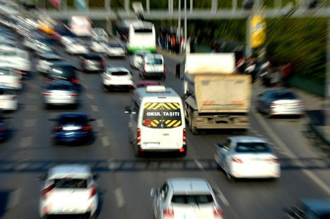 Öğrenci taşıyan servis sürücülerine meslekî yeterlilik belgesi alma mecburiyeti 3 Eylül 2021 tarihi itibariyle yürürlüğe giriyor. Bu tarihten itibaren
