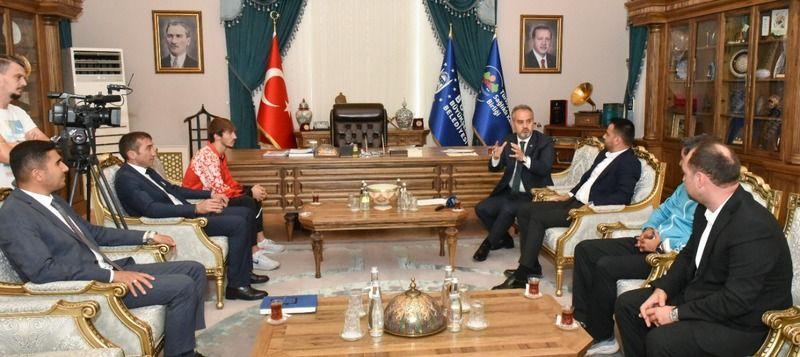 Bursa Büyükşehir Belediye Başkanı Alinur Aktaş, 20 Yaş Altı Dünya Atletizm Şampiyonası'nda, dünya şampiyonu olan Bursalı sporcu Berke Akçam'ı ağırladı