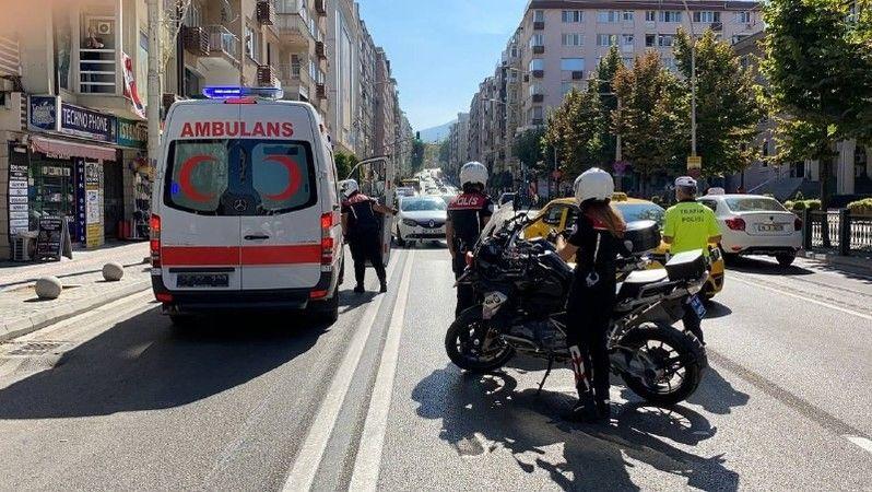 Bursa'nın Altıparmak Caddesi'nde yolun karşısına geçmeye çalışan kadına otomobil çarptı. Kazada ağır yaralanan B.T olay yerine gelen ambulans ile Çeki