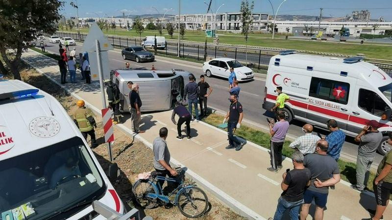 Bursa'nın İnegöl ilçesinde meydana gelen olayda kontrolden çıkarak bariyerlere çarpan hafif ticari araç takla atıp 100 metre sürüklendi. Kazada sonucu
