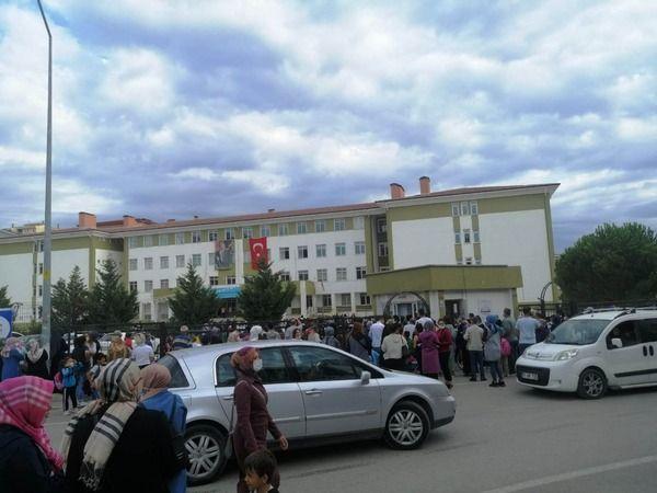 Bursa'da veliler sosyal mesafeyi hiçe saydı
