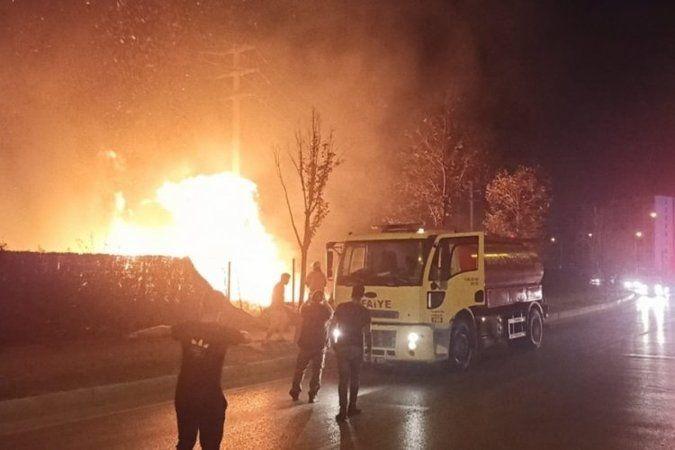 Bursa'da meydana gelen olayda yol kenarında bulunan çalılık alanda yangın çıktı. Yangın rüzgarın da etkisiyle kısa sürede büyüyerek çevredeki tamir at