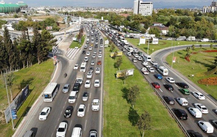 Bursa'da 2021-2022 eğitim ve öğretim yılının ilk gününde yollarda araç kuyrukları oluştu. Bursa'da trafik kitlenince oluşan kilometrelerce araç kuyruğ