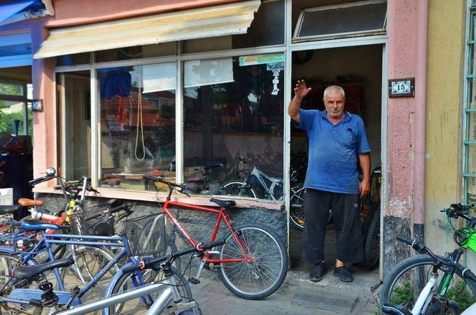 """İznik Belediyesi tarafından hayata geçirilen """"Yaşayan Hazineler"""" belgeselleri devam ediyor. Son olarak bisiklet tamircisi Ahmet Aşık'ın bisiklete adan"""