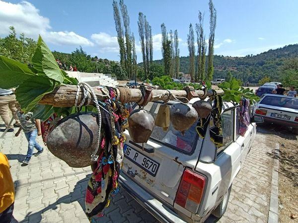 Bursa'nın Keles ilçesine bağlı Dedeler köyünde bir sünnet konvoyundaki çanlarla süslü otomobil görenleri şaşkına çevirdi. Sünnet cemiyeti yapan Abidin