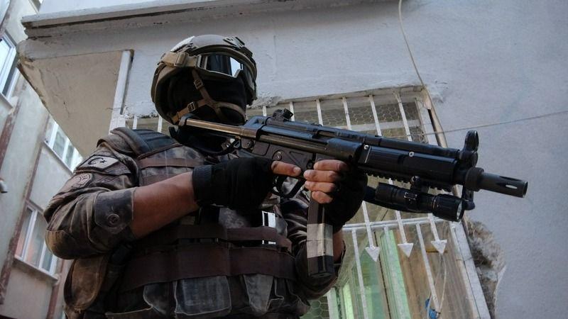 Bursa'da şafak vakti eş zamanlı olarak uyuşturucu operasyonu gerçekleştirildi. Geniş çaplı düzenlenen operasyona 850 polis katıldı. Gemlik merkezli şe