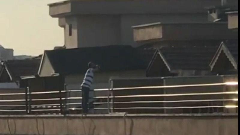 Bursa'da meydana gelen olayda alkollü bir kişi çatıdan atlamaya kalktı. Atlamaya çıktığı çatıda alkol almaya devam eden şahıs, polis tarafından güçlük