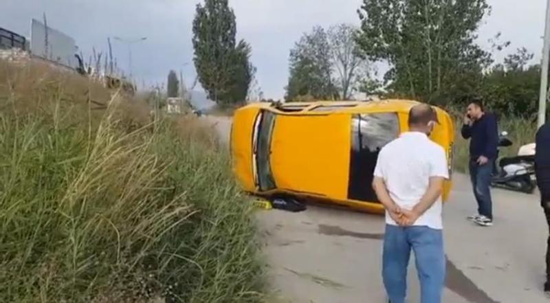 Bursa'da meydana gelen olayda kamyonun sıkıştırdığı taksi şarampole yuvarlandı. Takla atan taksideki sürücü ve yolcu vatandaşların yardımıyla kurtarıl