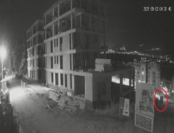 Bursa'nın Kayapa Mahallesinde bir gecede dört farklı inşaata giren hırsızlar, yüz binlerce liralık inşaat malzemelerini çalarak kayıplara karıştı.