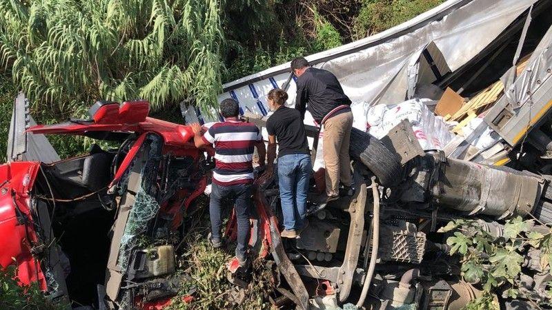 Bursa'da meydana gelen olayda direksiyon hidroliği boşalan tır kontrolden çıkarak 6 metre yüksekliğindeki köprüden yol kenarında bulunan dereye uçtu.