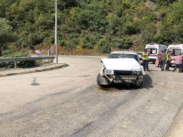 Bursa-Orhaneli yolunda meydana gelen kazada iki otomobil kafa kafaya çarpıştı. Araçlarda bulunan 7 kişi yaralandı.
