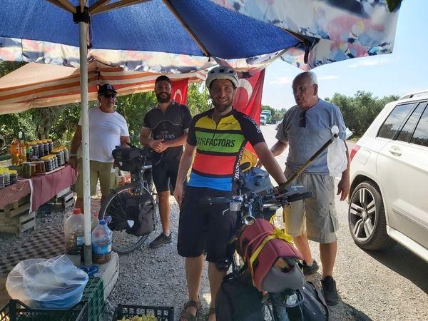 Bisiklet sporcuları Avrupa'dan yola çıkarak İznik ilçesine ulaştı. Bisikletli seyyahlar, ortalama 4 bin kilometre pedal çevirdi.