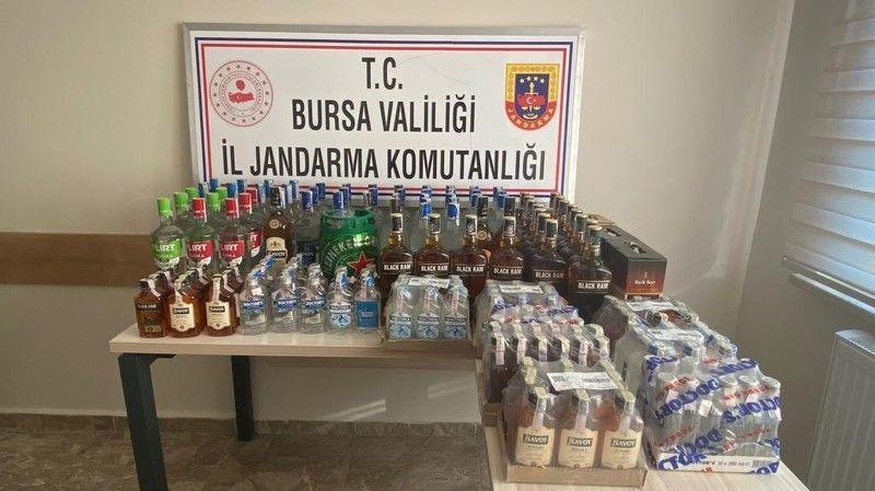 Bursa'da jandarma ekipleri tarafından yapılan kaçak içki operasyonunda tekel bayi işletmecisi gözaltına alındı. Operasyonda 214 adet kaçak içki ele ge
