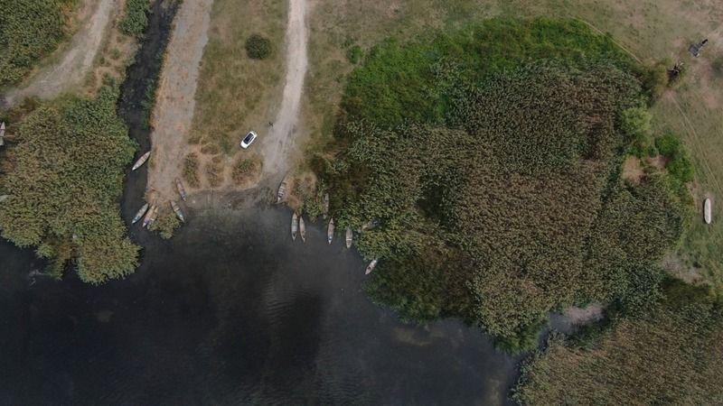 Son yıllarda şiddeti artan küresel iklim değişikliği başta olmak üzere çevredeki fabrikaların su çekmesi ve atıklarını bırakması Uluabat Gölü'nü büyük