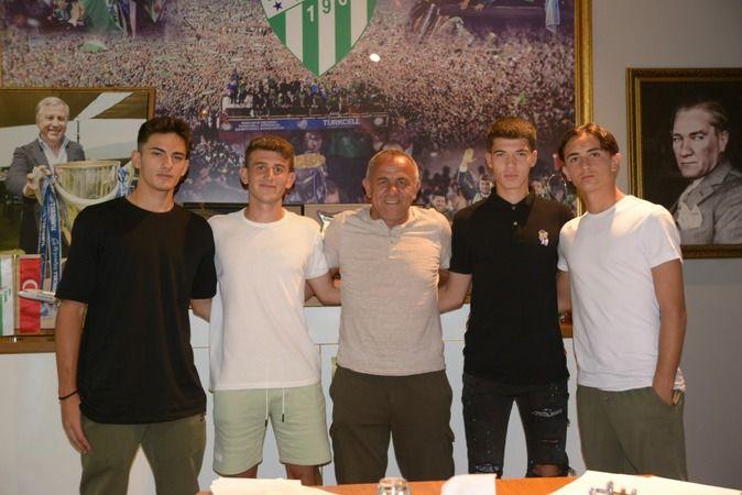 Bursaspor Kulübü, kendi altyapısında forma giyen Hamza Baran Arıkan, Kadir Yiğit, Hasan Sabri Karaca ve Emre Tepegöz ile profesyonel sözleşme imzaladı