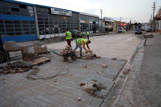 İnegöl Belediyesi, Metal Sanayi Sitesi 21. Sokakta kaldırım ve yol çalışması başlattı. Çalışmalarda ekipler başarılı şekilde ilerliyor.