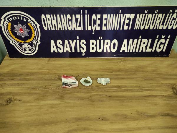 Bursa'nın Orhangazi ilçesinde meydana gelen olayda emniyet ekipleri, iki ayrı uyuşturucu operasyonunda 4 kişiyi gözaltına aldı.