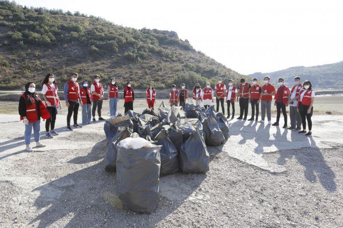 Bursa'nın İnegöl ilçesinde Genç Kızılay üyeleri çevre temizliği etkinliği düzenledi.