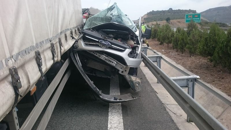 Bursa'da meydana gelen kazada kamyonun sıkıştırdığı minibüs hurdaya döndü. Kazada minibüs sürücüsü, burnu bile kanamadan kurtuldu.