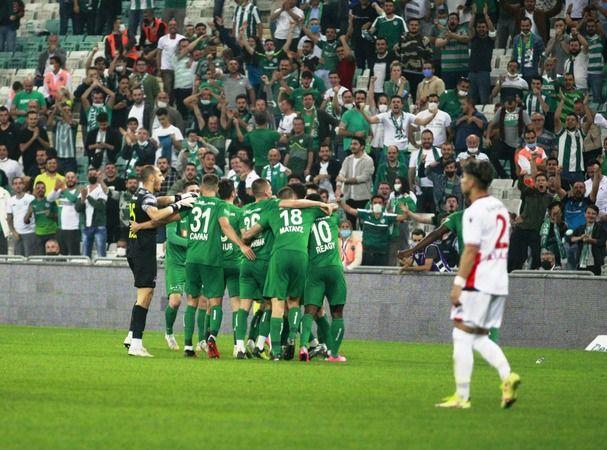 TFF 1'inci Lig'in 5'inci hafta mücadelesinde Bursaspor, sahasında Yılport Samsunspor'u 4-1 yenerek sezonun ilk galibiyetini aldı. Maçta geriye düşen B