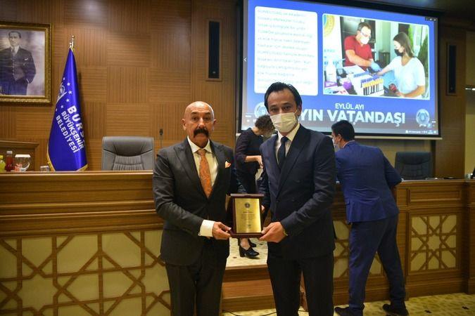 Bursa Büyükşehir Belediye Meclisi'nde Eylül ayı oturumunda topluma örnek davranışlarda bulunan vatandaşlar ödüllerini aldı.