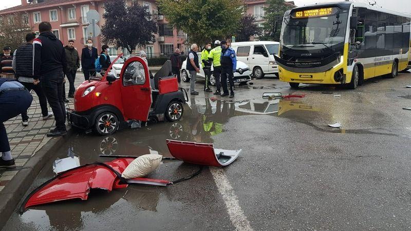Bursa'nın İnegöl ilçesinde meydana gelen kazada, özel halk otobüsü ile elektrikli araç kavşak noktasında çarpıştı. Elektrikli araçta bulunan 3 öğrenci