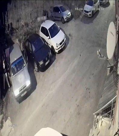 Bursa'da yaşanan olayda park halindeki otomobili çalan hırsızlar kaza yaptıktan sonra aracı geri getirip yerine bıraktılar.