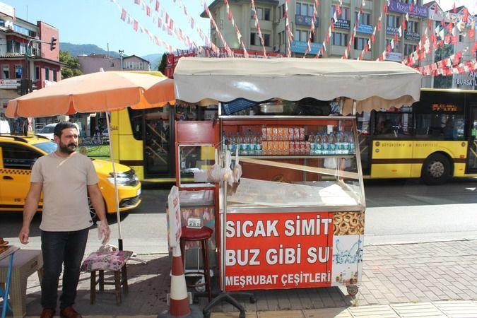 Bursa'nın Fomara mevkiinde bir simit satıcısı, askıda simit uygulamasıyla ihtiyaç sahipleri ve hayırseverler arasında köprü oluyor.