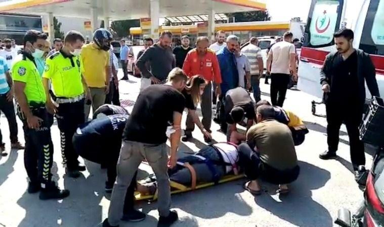 Bursa'nın İnegöl ilçesinde yaşanan olayda kamyonet ile motosiklet kaza yaptı. Kamyonete çarpan motosikletin sürücüsü ağır yaralandı. Kaza anı bir işye