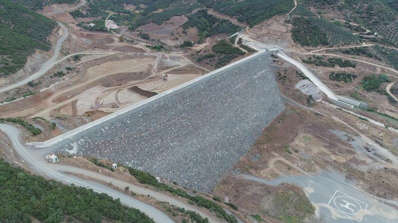 Devlet Su İşleri (DSİ) tarafından hayata geçirilen Bursa Gemlik Büyükkumla Barajı'nda çalışmalar aralıksız devam ediyor.