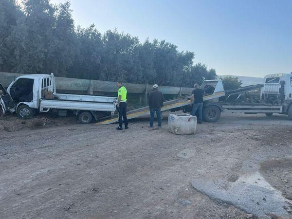 Bursa'da meydana gelen olayda kontrolden çıkan kamyonet su kanalına çarptı. Facianın eşiğinden dönülen olayda araç çarpmanın etkisiyle durabildi.