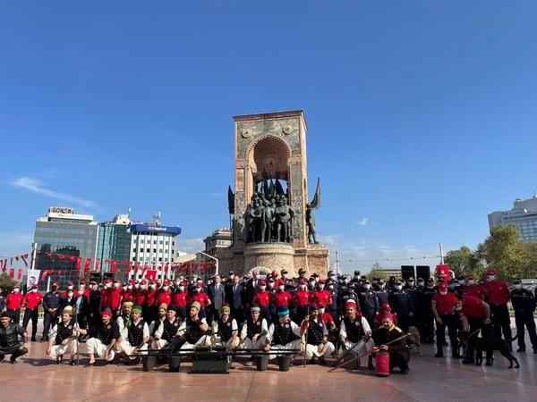 """İtfaiye Teşkilatı'nın 307. kuruluş yıl dönümü dolayısıyla Taksim Cumhuriyet Anıtı'nda tören düzenlendi. İBB İtfaiye Daire Başkanı Remzi Albayrak """"İtfa"""