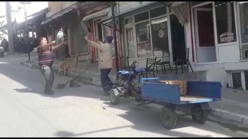 Bursa'da işini büyük bir tutkuyla yapan belediye görevlisi, hem sokakları süpürüyor hem de göbek atıyor.