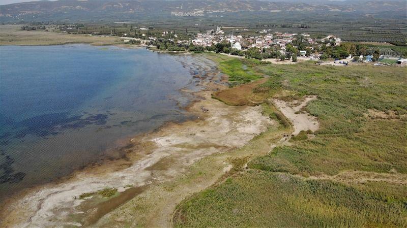 Türkiye'de ikinci Göbeklitepe olarak adlandırılan İznik Gölü'nde bulunan bazilika, kuraklık sebebiyle gün yüzüne çıktı. İznik'te suların çekilmesiyle