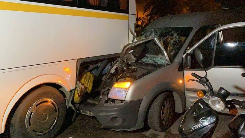 Bursa'da sabaha karşı meydana gelen olayda hafif ticari araç park halinde bulunan servis otobüsüne arkadan çarptı. Kazada hafif ticari araç içerisinde