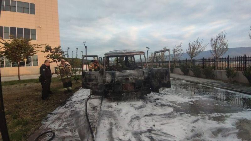 Bursa'nın Orhangazi ilçesinde meydana gelen olayda yaşlı çiftin hastane bahçesine park edip içerisinde uyuduğu minibüs alev alev yandı.