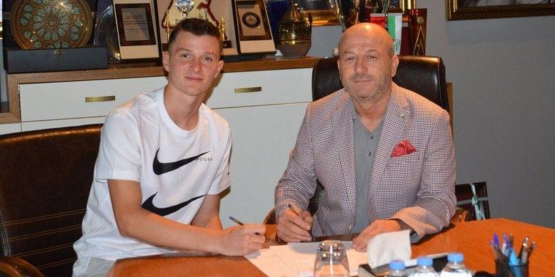 Bursaspor'un genç oyuncusu Eren Tunalı, kendisini profesyonel yapan  sözleşmeye imza attı
