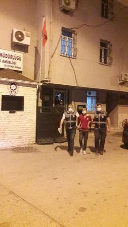 Balıkesir'in Bandırma ilçesinde hırsızlık yapmak için girdiği evin sahibini öldüren katil zanlısı, Mustafakemalpaşa'da yakalandı. İlçe polisi filmleri
