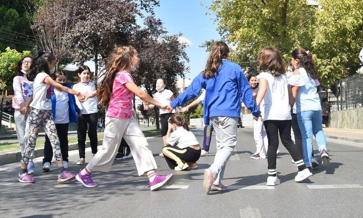 BursaBüyükşehir Belediyesi tarafından Avrupa Hareketlilik Haftası dolayısıyla trafiğe kapatılan Kükürtlü Caddesi, bisikletli gençlere, sokak oyunları