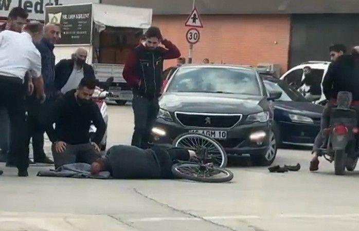 Bursa'nın İnegöl ilçesinde otomobil ile çarpışan bisikletin sürücüsü ağır yaralandı. Otomobil sürücüsü, 112 ambulansı gelene kadar yaralı sürücünün ba
