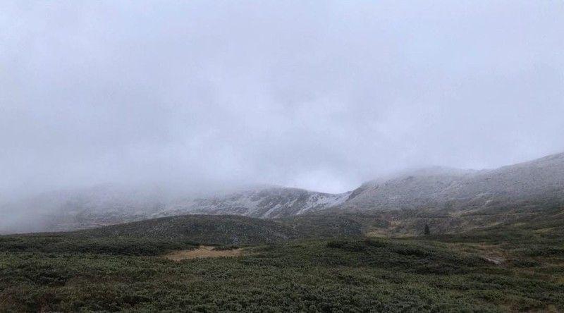 Kış turizminin en önemli merkezlerinden Uludağ'a bu yıl ilk kar erken düştü. Gece en düşük sıcaklığın -7'ye düştüğü zirvede ve oteller bölgesinde öğle