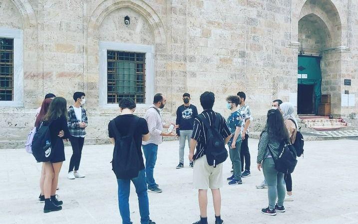 Bursa Büyükşehir Belediyesi, Avrupa Hareketlilik Haftası etkinlikleri kapsamında 'Adım Adım Bursa' projesine katılan gençleri, kentin tarihi ve turist