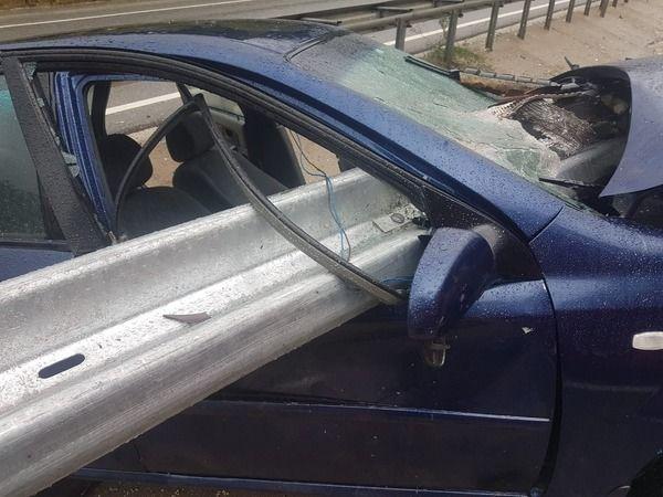 Bursa'nın İnegöl ilçesinde yaşanan olayda yağışla meydana gelen kazada kontrolden çıkan otomobil bariyerlere saplandı. Bariyerin önden girip yanından