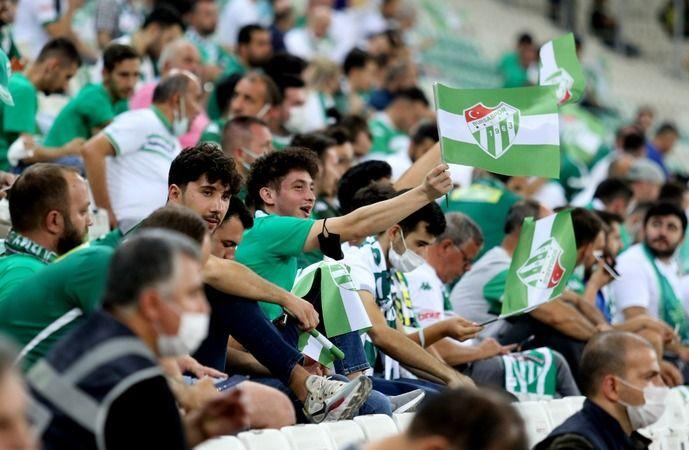 Bursaspor taraftarı ligde alınan kötü sonuçlara rağmen takımını yalnız bırakmadı. Yeşil beyazlı taraftarlar 166 bin 96 adet passolig kartı satın aldı.