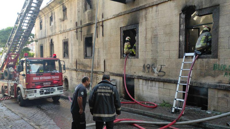 Bursa'da meydana gelen olayda metruk bina alev alev yandı. Aniden çıkan yangın itfaiye ekiplerinin yoğun çabası sonucu söndürüldü.