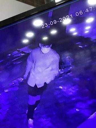 Bursa'da son 3 ayda 5'inci kez aynı iş yerine giren ameliyat maskeli hırsızlar 50 bin liralık akıllı telefonu çalarken kameralara yakalandı. 3 aydaki
