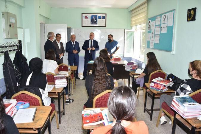 Bursa'da bu yıl üçüncüsü açılan ücretsiz üniversiteye hazırlık kurslarına kayıt yaptıran öğrencilerle Yenişehir Belediye Başkanı Davut Aydın ve Kaymak