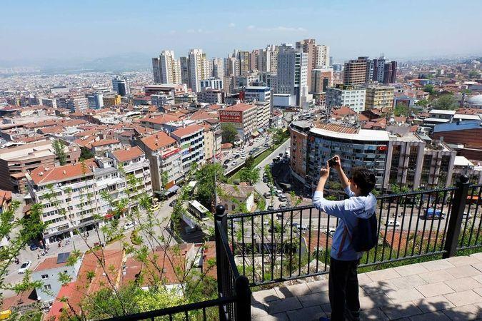 Meteoroloji verilene göre Bursa'da bugün sıcaklığın en yüksek 25 derece dolaylarında seyretmesi bekleniyor. Bursa'dabugün havanın parçalı bulutlu olm