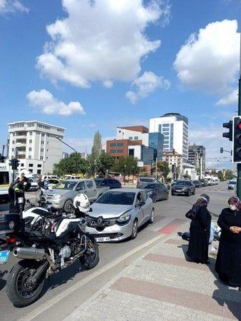 Bursa'da meydana gelen olayda plakasız motosiklet sürücüsü trafik polisinden kaçarken şehri birbirine kattı. Kırmızı ışıkta geçerken başka bir araca ç